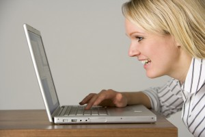 אישה גולשת במחשב